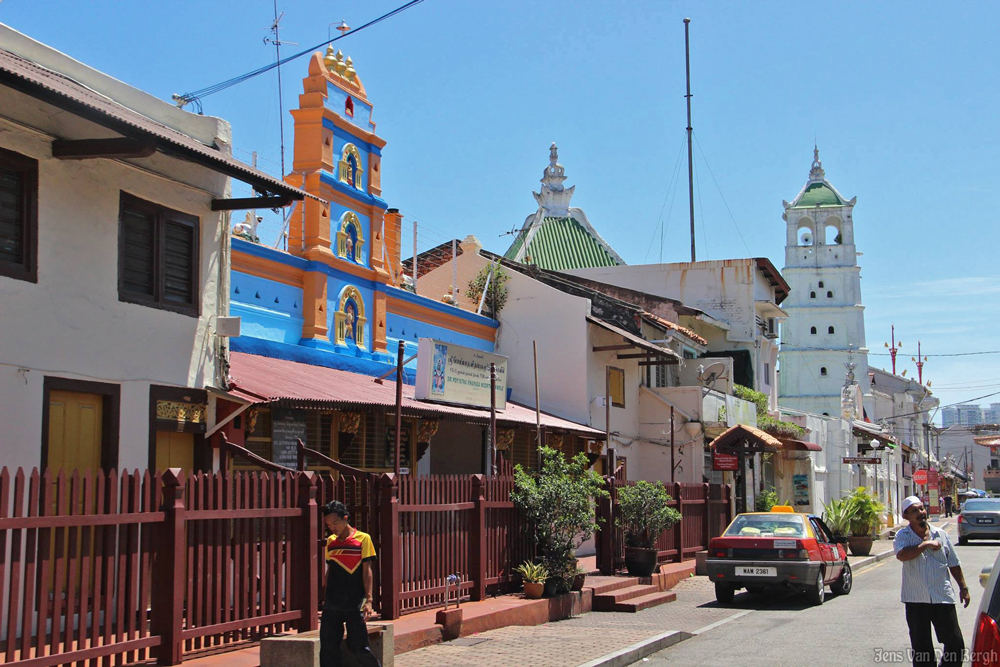Hindu temple (Sri Poyattha Vinayagar Moorthi) and mosque (Masjid Kampung Kling) neighbouring each other